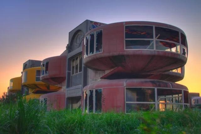 新浪科技讯 北京时间11月9日消息,台湾三芝UFO小屋是一排荚状建筑物,其外形有点儿像UFO,建造在台湾北端的度假胜地。该建筑一直未完工,但它们看上去并不像是一片废墟,现在被涂上了欢快的粉色和黄色,犹如友好外星人登陆地球的UFO飞船。