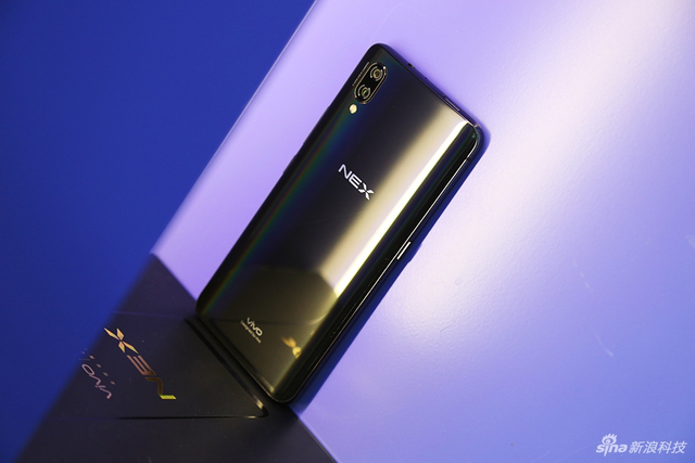 vivo NEX系列新机采用正面无刘海全面屏+玻璃后可工艺设计,正面通过概念机APEX上采用过的升降式前置摄像头,下面来看实拍图赏。