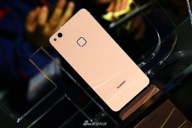HUAWEI P10在国内发布,与其一同亮相的还有HUAWEI nova 青春版,这款手机主打流光水波纹设计。