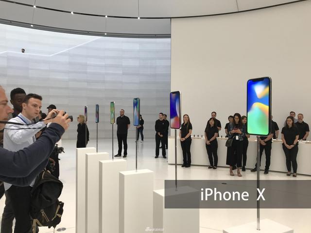发布会后,新浪科技为大家带来iPhone X现场实拍图集。iPhone X前身和背部采用了玻璃材质,中框采用不锈钢材质,同时做到了防尘防水,屏幕尺寸为5.8英寸。黑色版和白色版正面都是黑色面板,侧面黑色版是金属灰的颜色,而白色版则是不锈钢的原色。