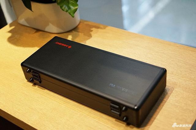 这款机械键盘的黑色侧刻版于17年9月30日正式发售。机身尺寸为350x145x42mm,拥有磨砂机身,采用了的是ABS侧刻透光键帽,接下来我们一起来看看图赏。