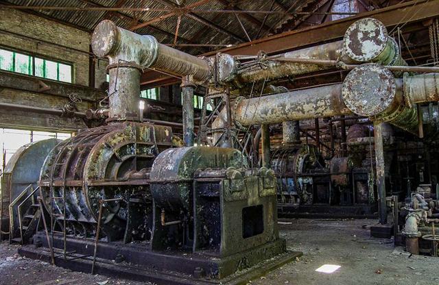 近日,一位摄影爱好者在美国阿拉巴马州伯明翰市的废弃钢厂拍摄了一组在20世纪盛极一时的共和钢铁公司的内部图,其中有悬挂的铁索,快要倒塌的天花板以及废弃的火炉、炼焦炉等其他画面。