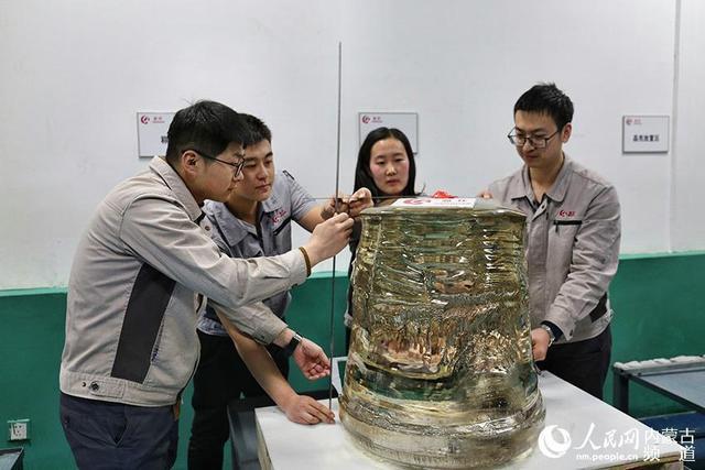 2月12日,全球最大450公斤级超大尺寸高品质泡生法蓝宝石晶体在内蒙古晶环电子材料有限公司成功面世。