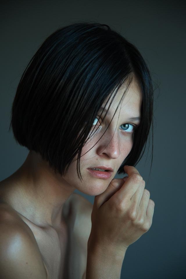 我们众所周知,真正的美其实并不需要什么华丽的外在装扮、华丽的背景或是浓艳的装扮。美可以从许多渺小的点上体现而出,甚至是在那些并不完美的方面,都会存在美,比如眼袋、略显杂乱的发型、害羞的表情或是脸上的雀斑等等。年轻摄影师Andrea Rose就用令人印象深刻的肖像作品诠释了她对简洁与美的体现,而最瞩目的莫属不同人物的眼神。
