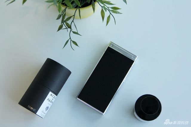 """""""心系天下""""三星W2018是三星电子联合电信打造的超高端手机品牌,主打尊贵、商务。"""