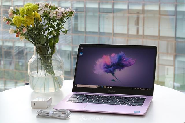 随着荣耀年度旗舰荣耀10的发布,荣耀还为年轻用户带来一款MagicBook笔记本电脑,这也是荣耀的首次。和华为一样,荣耀在这款笔记本中加入了互联网思维的概念,让年轻用户使用起来更方便。