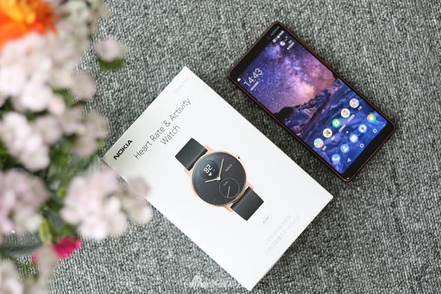 诺基亚旗下的Steel HR混合式智能手表终于进到了中国。Steel HR智能手表保留传统石英表的外观,加入了电子显示、心率检测等功能。它同时兼容iOS与Android两大操作系统。