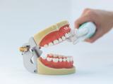 能在50秒內徹底清潔牙齒的三頭電動牙刷