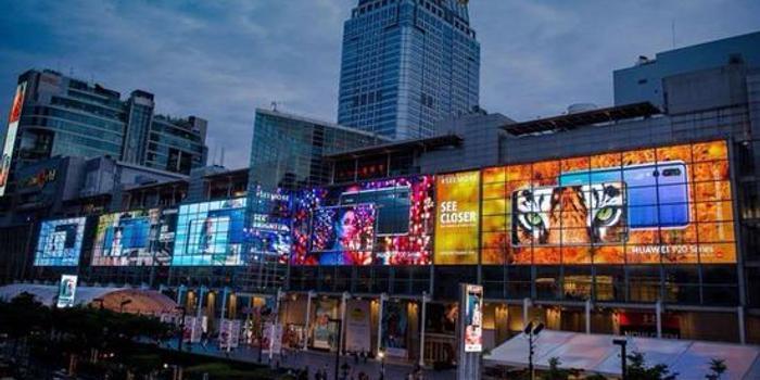 华为P20广告现身曼谷大道 超大屏幕助阵