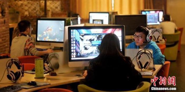 """""""触网""""年轻化 中国未成年人上网保护有待加强"""