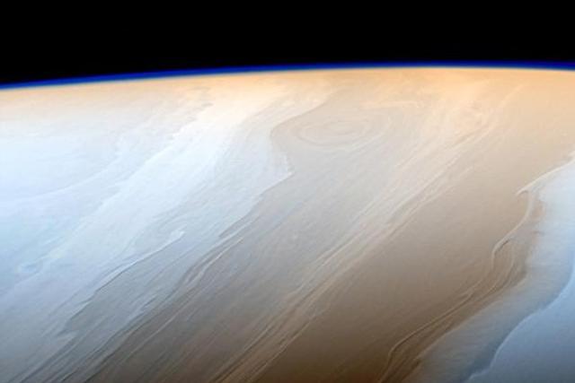 壮观土星:云层如宇宙之笔勾勒