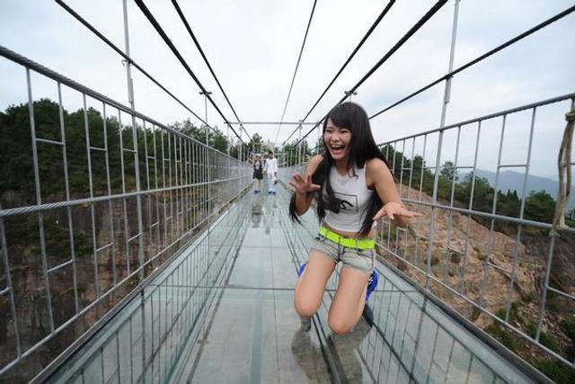 突现开裂的玻璃桥你敢过吗?