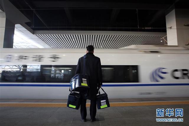 2月6日,在河北省石家庄站16号站台上,配送员田睿等待列车停靠。2017年7月17日,铁路部门推出了动车组列车互联网订餐服务,旅客通过网站、客户端等提前下单订餐,就可在指定的站台准时收到配送来的餐食。