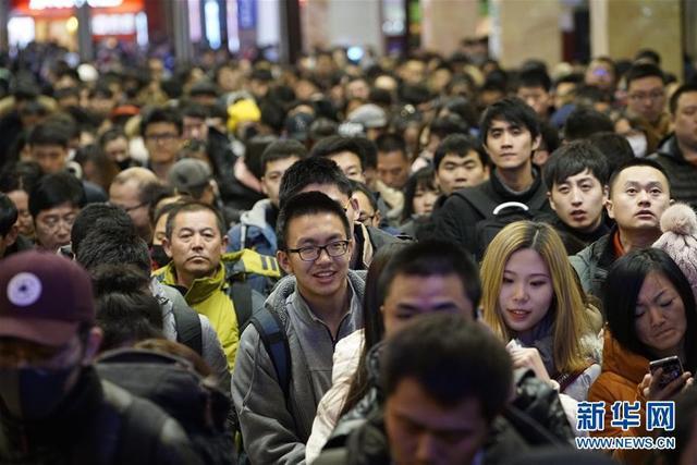 2月9日,旅客在北京站进站上车。随着新春佳节临近,铁路春运客流高峰来临。 新华社记者 邢广利 摄