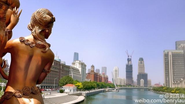 天津城实在是妙不可言,只要你细细品味,就能感受到它的艺术性。简单的一草一木,一座桥梁,一片建筑,都是充满了艺术创想的设计感。每一个到这里的人都会被天津这座城迷倒,每一个热爱美景的人都为天津城流连。这就是天津城,你还不来看看吗?(图源:新浪微博@刘滨瑞 )