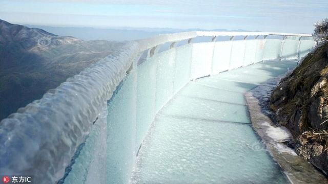 2018年1月9日,在广东清远连山金子山海拔1417米的高峰上,广东省海拔最高的玻璃廊桥与观景台遭遇了建成开放后的最大一场冰雪,桥面被冰封。