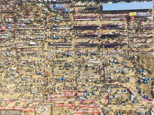 2018年2月6日,地处沂蒙山区腹地的山东省临沂市沂南县农村年货大集呈现出热闹的场面,人们忙着在年集上采买年货,为新春佳节做准备。图:视觉中国 王彦冰/摄