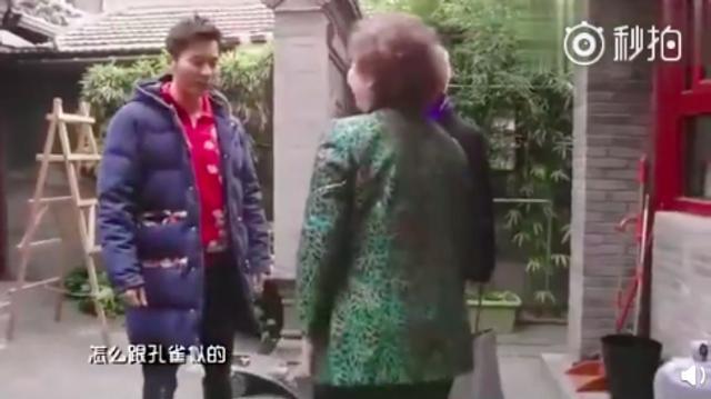 """近日,有网友翻出2017年李晨录制新春节目的视频,其北京四合院也遭曝光。视频中,李晨称这是""""比较有特色的四合院,而且有重新装修和翻新一下""""。据内部格局来看,该四合院价值不菲。李晨的妈妈也出镜,与儿子一起迎接客人。"""