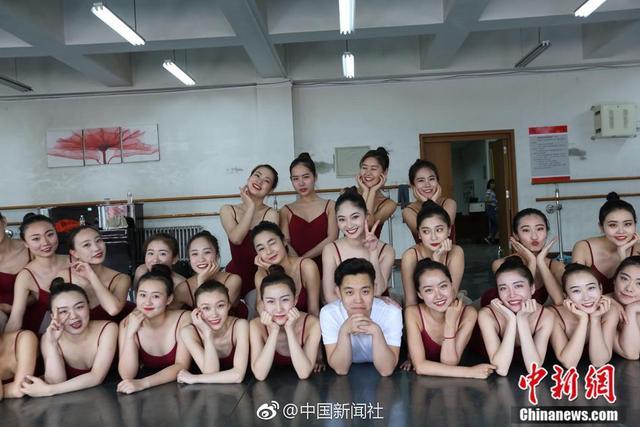 """内蒙古包头师范学院音乐学院2014届舞蹈班37人中仅有唐博伟一个男生,他被称为""""班宠"""",可谓集万千宠爱于一身。"""