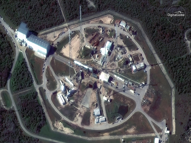 """新浪科技讯 据回顾2017年,""""数字全球(DigitalGlobe)""""卫星拍摄了大量精美太空图片,从太空角度真实记录了地球上发生的变化。 12月15日,在SpaceX公司首次发射可回收轨道火箭和重复使用货物飞船之前,""""数字全球卫星""""拍摄到发射台上的""""猎鹰9号""""火箭。"""