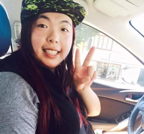 已經拿到駕照的珊珊,享受駕駛的樂趣,載著珊媽去買買買!