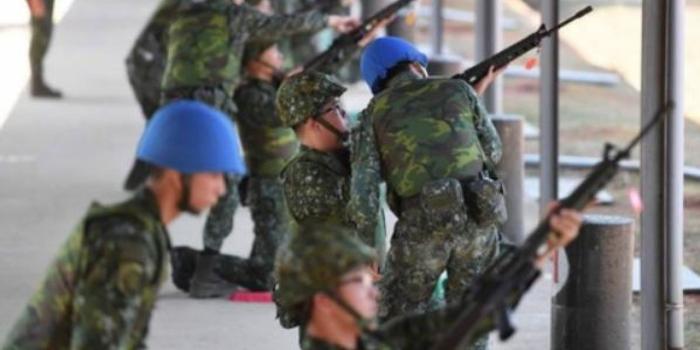 臺軍訓練后留滿地熒光棒 民眾怒了:開演唱會嗎