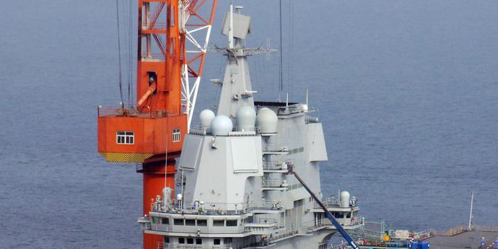 港媒稱國產航母疑準備刷舷號 海軍官兵甲板列隊演練