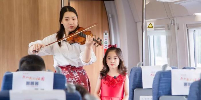 """時速300公里的""""快閃""""來了 數百位乘客唱這首歌"""