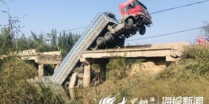 小橋被大貨車壓塌 該橋建于1974年承載4噸
