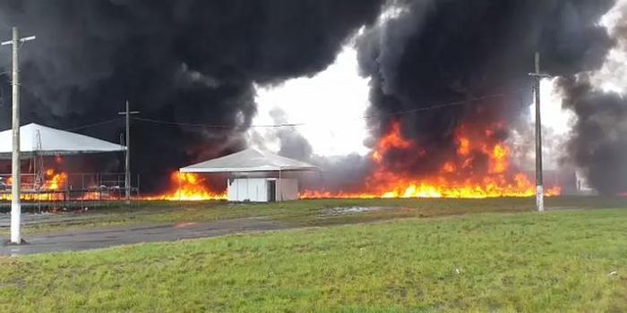 里約一輛滿載柴油油罐車撞貨車起火 兩車司機身亡