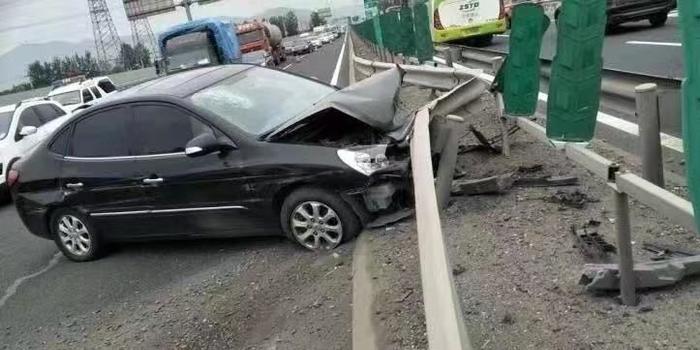 車輛失控撞上高速護欄兩人受傷 北京警方征集線索
