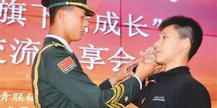 香港青少年走進天安門國旗護衛隊(圖)