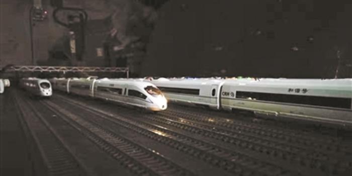 老人耗時兩年半打造高鐵模型 可控制模型發車加速