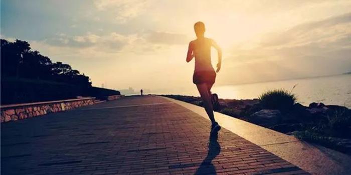 冬季跑步前熱身要注意什么? 8個動作讓你活動開