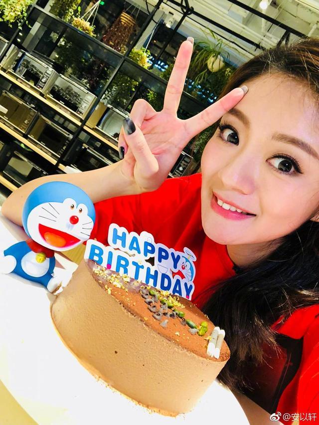 """新浪娱乐讯 11月12日,安以轩在微博晒出一组照片,并配文:""""人生第一次做蛋糕就为了我的小叮当,一路从北京拎回澳门,祝你生日快了,烘焙教室材料有限,我尽力了。"""""""