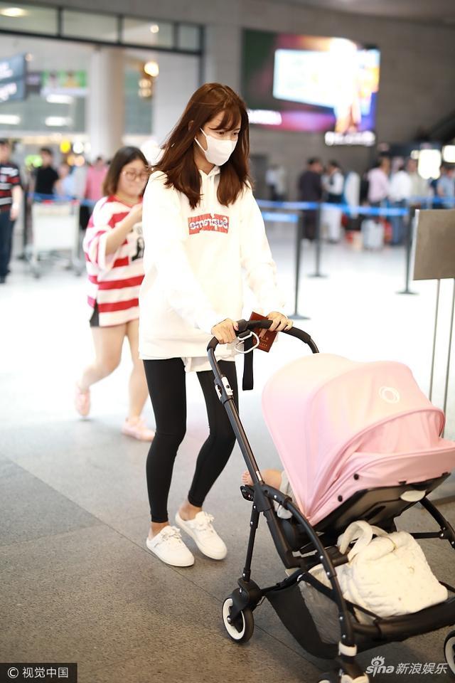新浪娱乐讯 5月19日,陈赫女儿Anan与妈妈张子萱首现机场。张子萱身着白色卫衣一路护娃,见镜头忙遮挡不愿被拍。摄影师/视觉中国