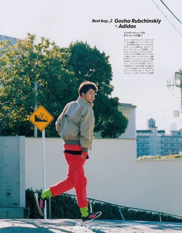 新浪娱乐讯 日前日本当红演员竹内凉真拍摄一组时尚大片,脚踩时尚运动鞋搭配出帅气街头风。