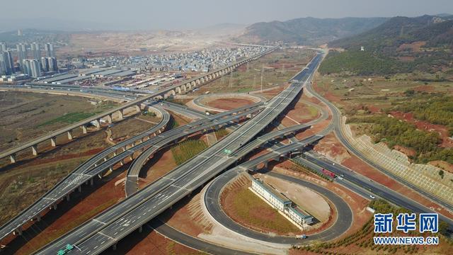 """改革开放40年来,昆明已基本构建了公路、铁路、航空、城市交通等互联互通的综合交通体系。全市公路通车里程从1978年的1895公里提升到17959公里;截至2017年底,昆明长水机场航线达到358条,其中国际航线78条;境内铁路运营里程达838公里,实现高铁""""零""""突破;城市公交运营线路总长从改革开放初期1062公里,到目前已达8000多公里;地铁运营里程达到88.76公里。  昆明市提出,按照""""辐射带动、衔接高效、以点带面""""的总体思路,依托航空、铁路、公路、水路、管道""""五通互联""""的综合交通体系,以""""1(昆明长水国际航空枢纽)+2(昆明新南站、昆明火车站)+X(客、货运枢纽)""""的功能布局,加快构建与建设辐射南亚东南亚区域性国际中心城市匹配的综合交通枢纽体系。(周密 摄)"""