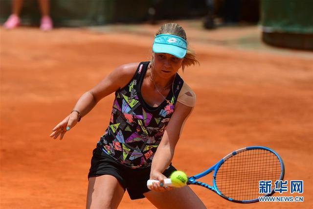 5月5日,艾莉娜·克罗玛查娃在比赛中回球。当日,在2018昆明网球公开赛女单决赛中,俄罗斯选手艾莉娜·克罗玛查娃以2比1战胜中国选手郑赛赛,夺得冠军。 新华社记者胡超摄