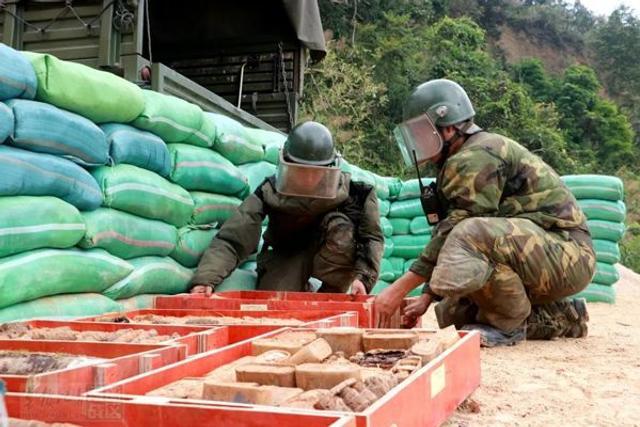 官兵正在摆放待销毁的爆炸物