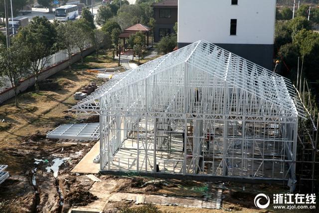1月10日,位于东阳市南马镇花园村的花园新材公司内,工人们在使用该公司生产的新型建材拼装一幢占地面积约200平方米的单层别墅样板房。