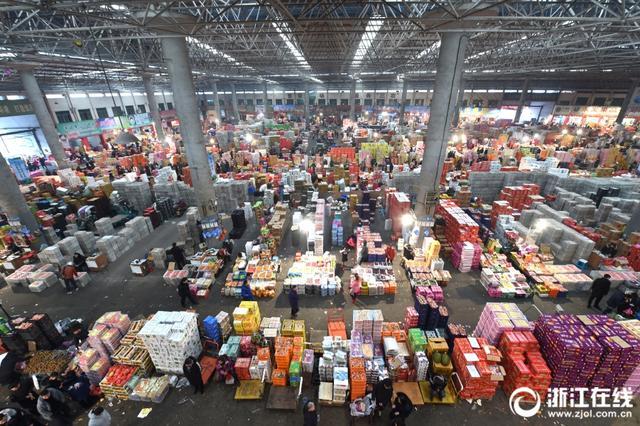 """春节将至,人们添置年货的脚步更加忙碌了。义乌的果品消费市场品类丰富、销售价格""""亲民"""",呈现出一派热闹景象。"""