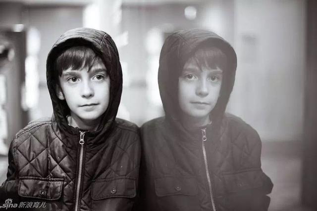 这是一个患有儿童孤独症的小男孩,这系列照片的摄影师是他的母亲。