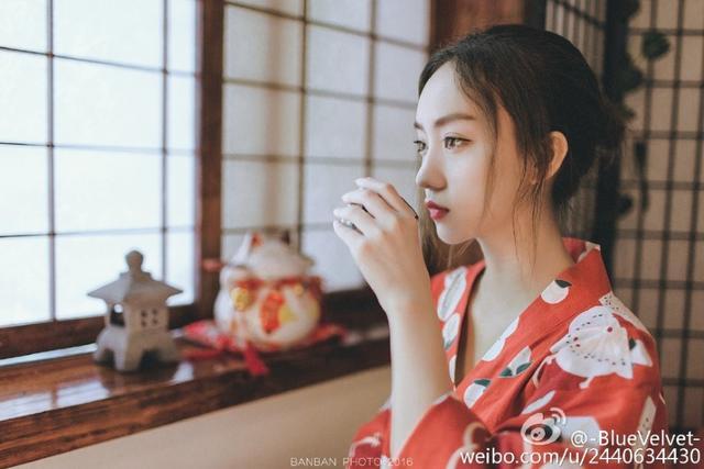 近日,川大校花-BlueVelvet-在微博晒出复古写真,网友赞其自然美,并有网友觉得她神似唐嫣,你觉得呢?