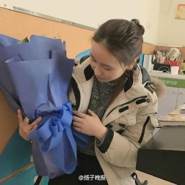 """近日,重庆万州一名幼儿园老师走红,她长相甜美,性格温柔。2月14日情人节,她收到了多束匿名表白玫瑰。考虑再三,她决定走上街头,将这些玫瑰送给辛勤工作的环卫工人、协管队员等,因为他们才是节日里""""最可爱的人""""。来源微博:扬子晚报"""
