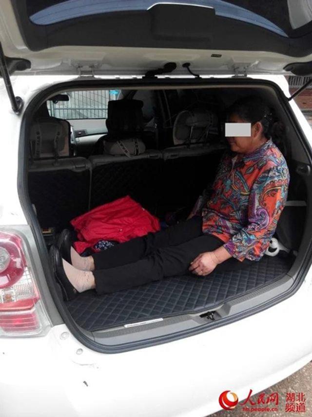9月23日上午,安陆市巡店派出所派出警力重点查缉盗抢机动车。10时许,民警对一辆悬挂江西号牌的SUV进行例行检查。当民警检查核对车辆证照后,对车辆尾箱内物品进行安检时,打开尾箱的民警吓了一大跳:后排尾箱狭小的空间里,居然蜷蹲着一位老太太。
