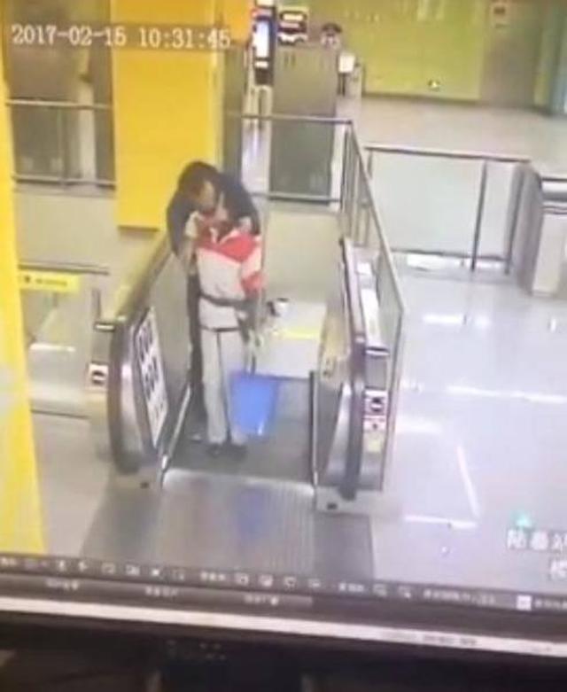 【地铁保洁阿姨被强吻】2017年2月15日,苏州地铁陆慕站一名约30岁的男子在从月台通往大堂的扶手电梯上,突然强吻一名保洁阿姨,得逞后跨过闸机逃离地铁站。据悉,地铁保安事后已报警,而被强吻的阿姨目前情绪稳定。