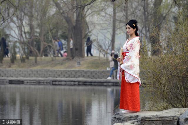 2017年3月19日,北京玉渊潭公园樱花开放,吸引众多游客前来踏青赏花,享受美好春光。不少美女精心打扮,身着古典汉服摆出各种唯美造型,在花海中尽情留影,吸引不少游人围观。