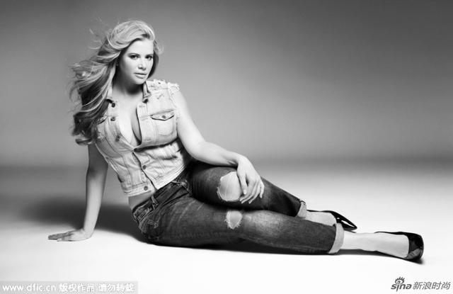 来自美国丹佛的前模特Danielle Braverman因为总是被嫌不够瘦,拍照时需要把用胶带把胸部缠起来,甚至还因此得了厌食症。后来,退出模特界的她学会了拥抱自己自然的身材
