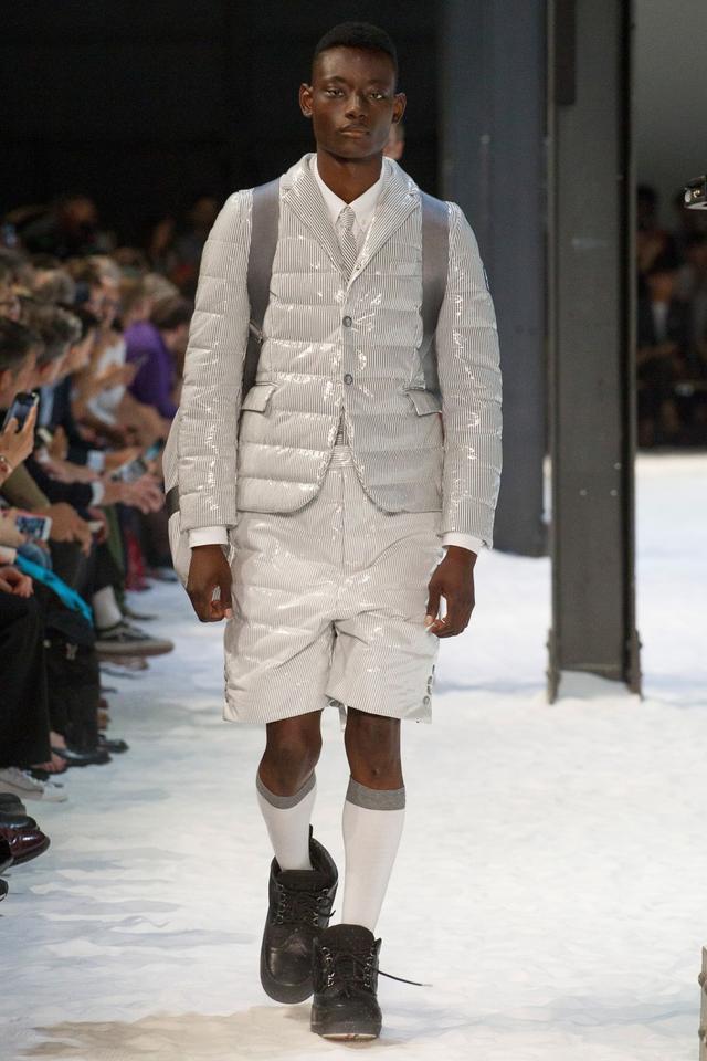 Moncler Gamme Bleu 2018春夏男装系列以沉稳的黑灰与红为主色调,无装饰的黑灰中点缀了红色的多变格纹,新系列的设计更加实穿,以长短裤西服套装搭配外套为主。